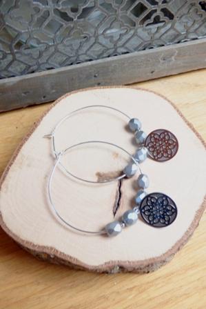 Boucles d'oreilles créoles et perles gris - breloque fleur